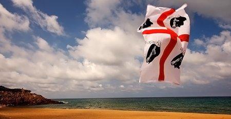 Bandiera sarda vola sulla spiaggia
