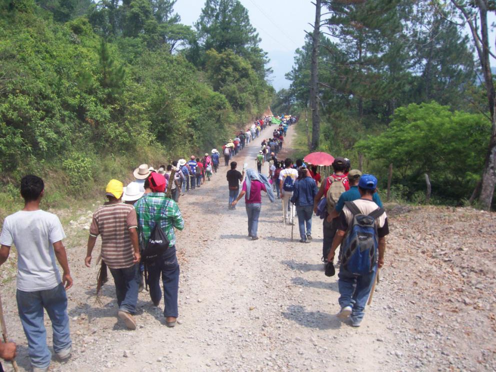 Río Blanco - in marcia verso i cancelli di Sinohydro - foto di Giorgio Brambilla