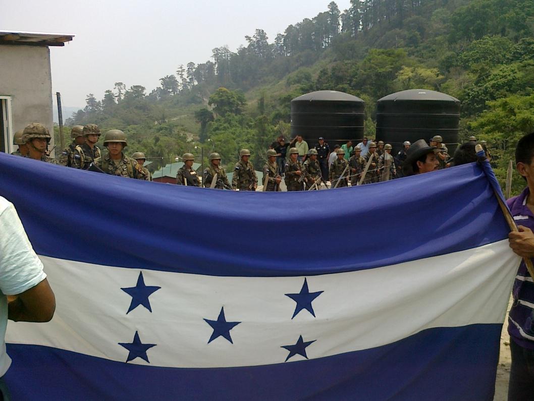 Río Blanco - esercito protegge i cancelli di Sinohydro