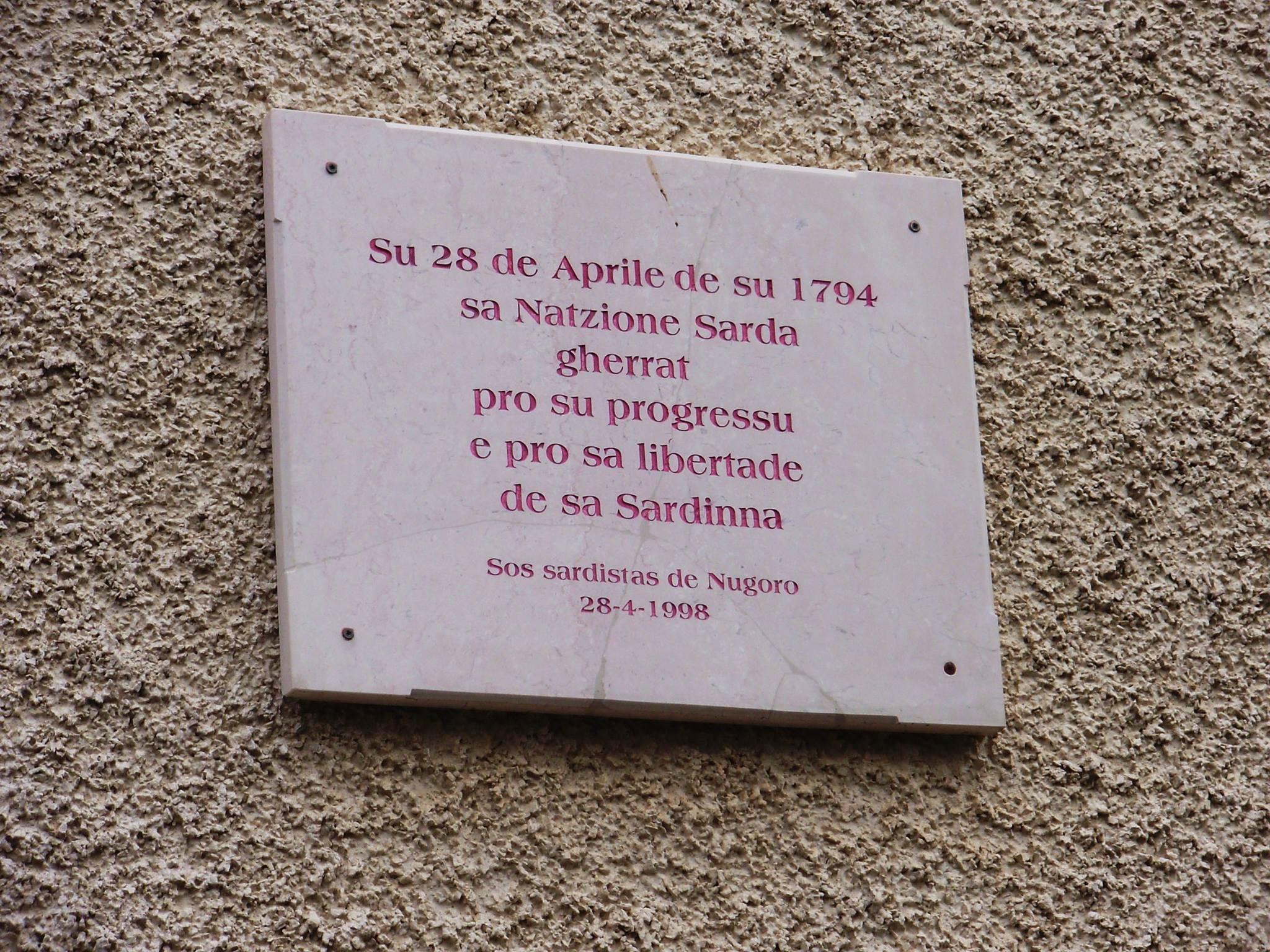 Sa die de sa Sardinia. Targa in Piazza Su Connottu a Nuoro.