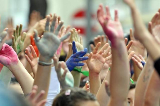 giovani-mani-colorate