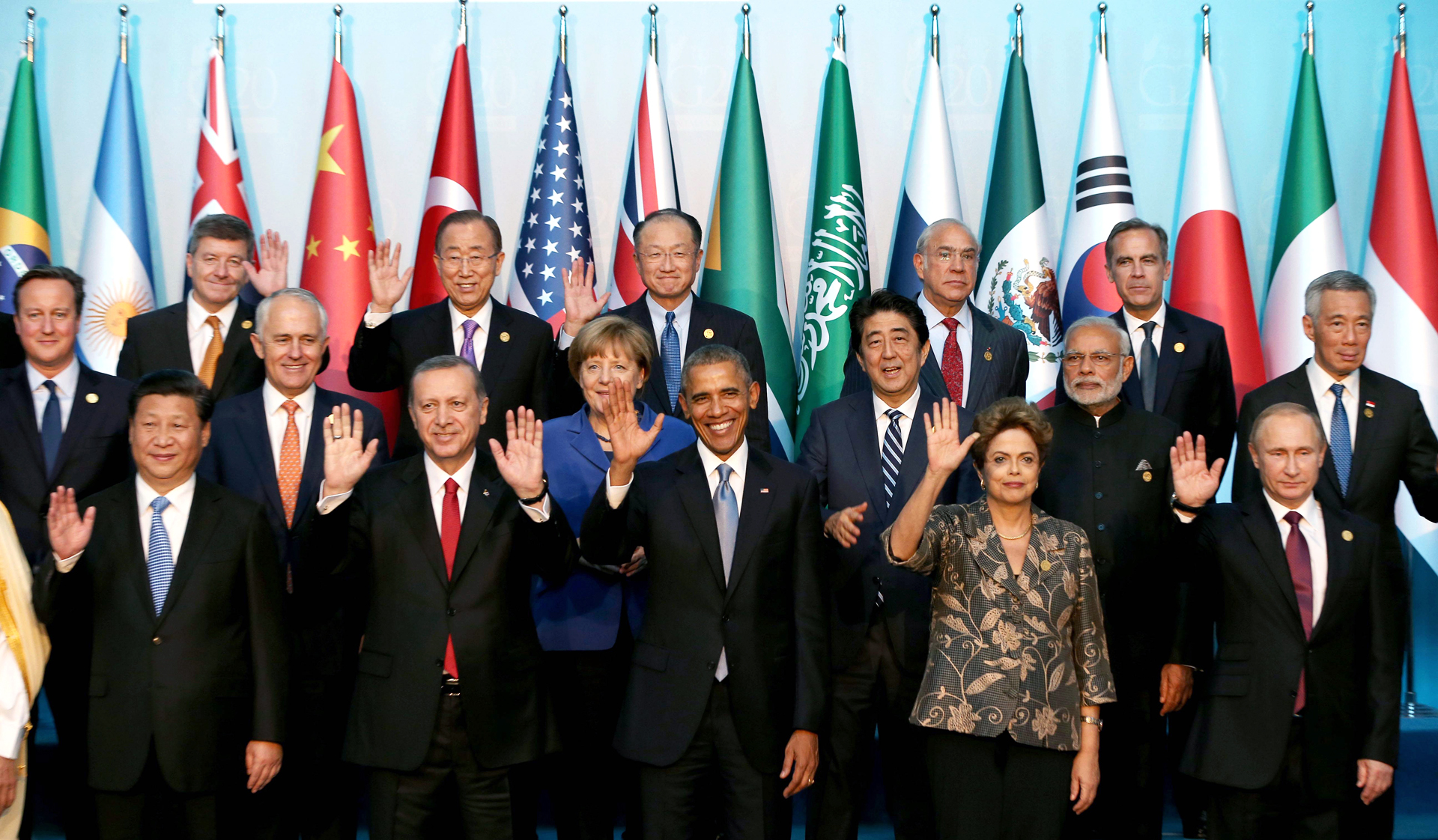 (Front row L-R) Chinese President Xi Jinping, Turkish President Recep Tayyip Erdogan, US President Barack Obama, Brazilian President Dilma Rousseff, Russian President Vladimir Putin, (2nd Row L-R) Australian Prime Minister Malcolm Turnbull, German Chancellor Angela Merkel, Japanese Prime Minister Shinzo Abe, Indian Prime Minister Narendra Modi, Singapore's Prime Minister Lee Hsien Loong, (3rd row L-R) Guy Ryder, Director General of International Labour Organisation (ILO), UN Secretary-General Ban Ki-moon, World Bank President Jim Yong Kim, Angel Gurria (L), Secretary-General of Organization for Economic Co-operation and Development (OECD), Bank of England Governor and Financial Stability Board (FSB) Chairman Mark Carney pose for a family photo during the G20 Turkey Leaders Summit on November 15, 2015 in Antalya, Turkey. AFP PHOTO / POOL / BERK OZKAN
