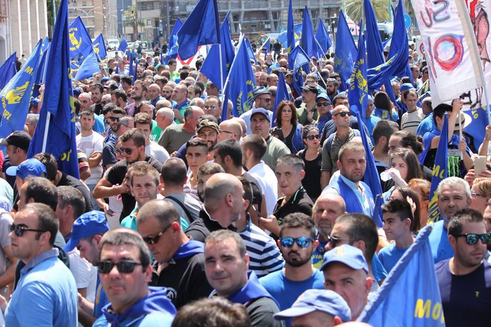 La Sardegna in lotta con le migliaia di pastori e ...
